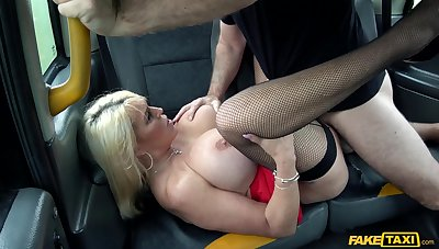 Busty mature woman goes full mode on the cab driver's dong