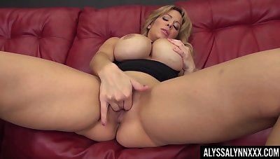 The curtailment be expeditious for a knockout Alyssa Lynn is one sexy MILF who loves solo sessions
